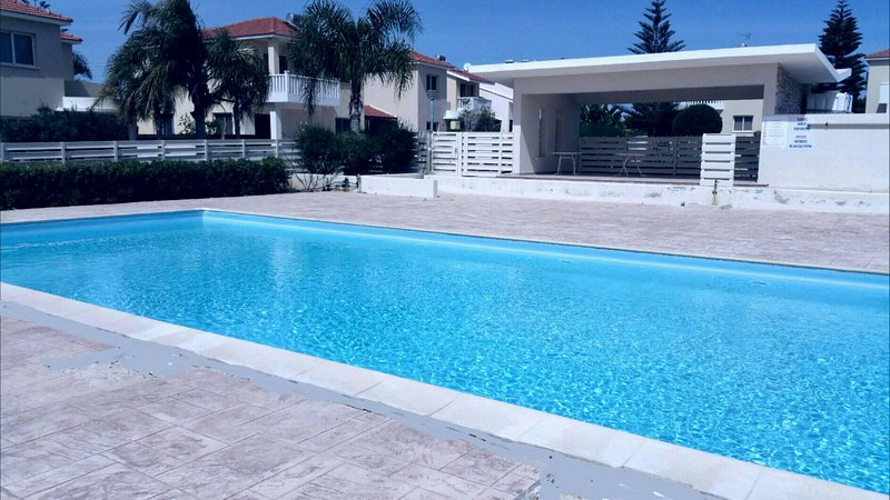 Cozy studio ,near a beach with swimming pool, with all comfort, holiday rental in Pervolia