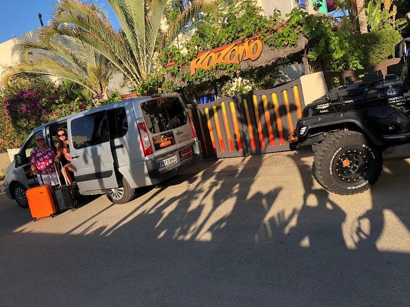 Kokomo Beach Villa with Private HEATED POOL/Gardens/Tiki Bar/Games Room & Cinema, alquiler vacacional en Palomares