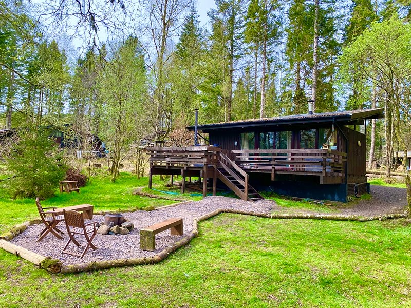 Secluded Forest Log Cabin with Hot Tub at shores of  Loch Awe, vacation rental in Kilchrenan