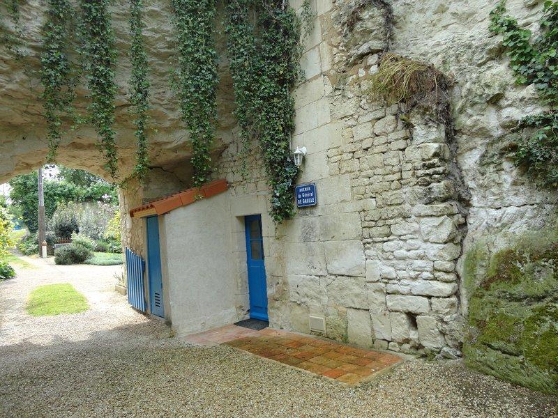 Gîte troglodyte en Val de Loire pour 8 personnes, vacation rental in Berrie