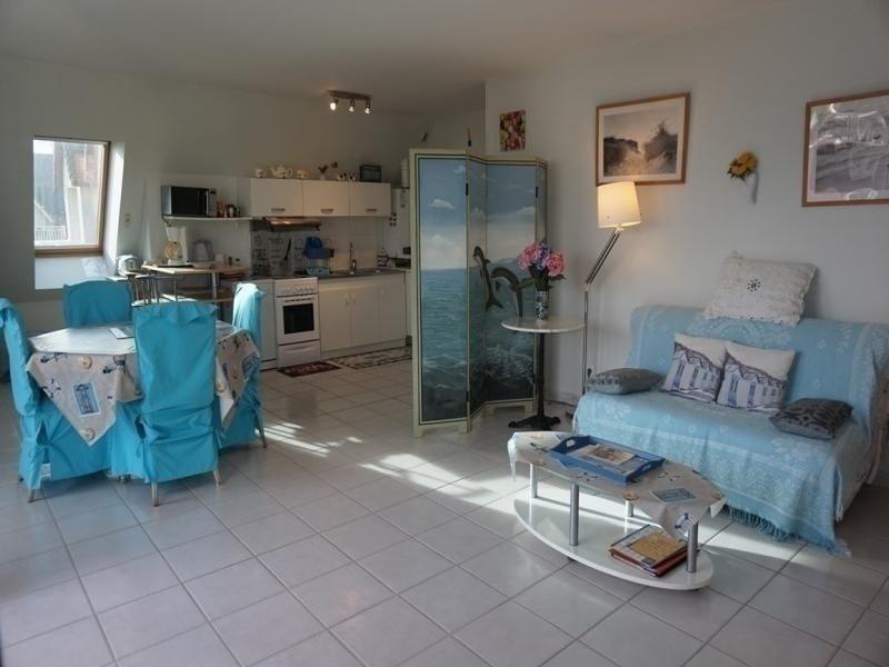 Dans une résidence avec piscine, appartement deux pièces.., casa vacanza a Merville-Franceville-Plage