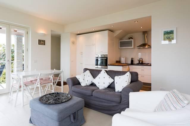 Massino Visconti 2 bed apartment with lake views, casa vacanza a Fosseno