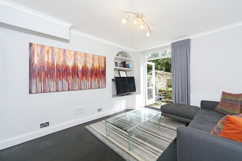 Walk to Notting Hill /Paddington 1 B/R with patio, holiday rental in Willesden