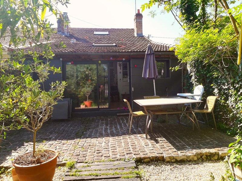 Echoppe 125m2 dans Bordeaux avec jardin 100 m2.Typical house+ garden in Bordeaux, location de vacances à Bouliac