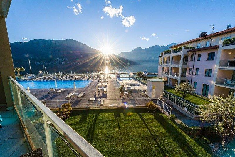Modern 3 bedroom apartment on Lake Maggiore, casa vacanza a Maccagno