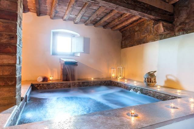 Luxury 9 bed Tuscany villa with pool and spa, holiday rental in Volterra