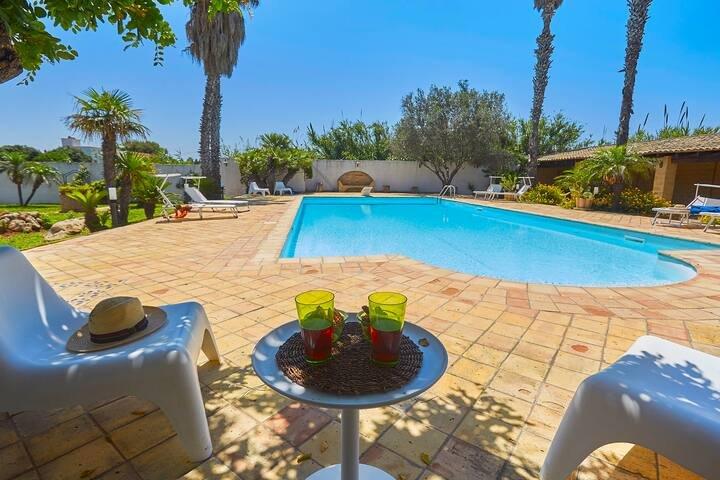 Pet friendly 3 bedroom villa in Sicily with pool, alquiler de vacaciones en Lido Signorino