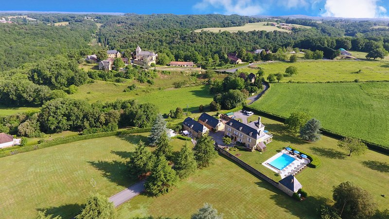 Luxurious 5 star 18th Century 6 bedroom Manor house with heated pool. Sleeps 14., vacation rental in Archignac