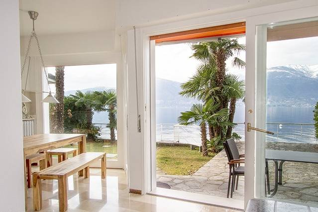 Lakeside villa with direct lake access, boat mooring & short walk to restaurants, vacation rental in Lake Maggiore