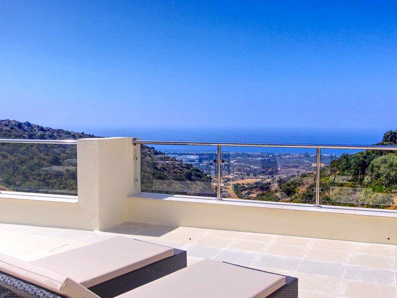 LUXURY SAMARA Resort panorama sea view heated pool gym wifi garage Netflix, holiday rental in Ojen
