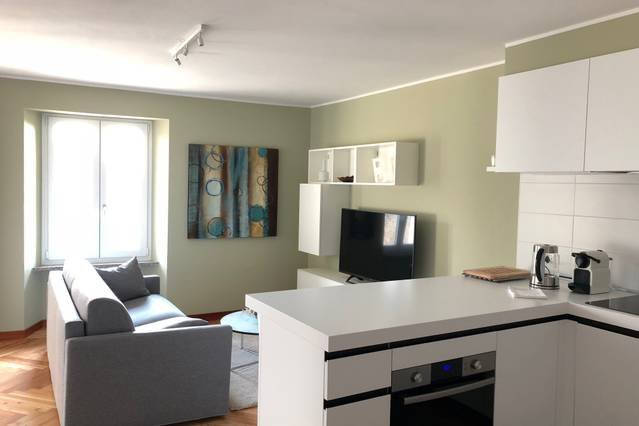Newly renovated apartment within walking distance of the lakeside, alquiler de vacaciones en Poppino