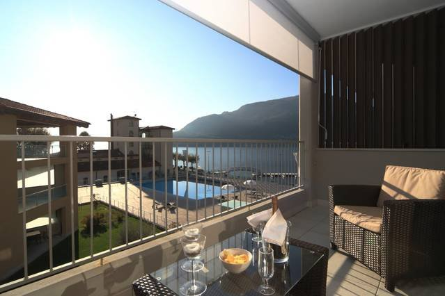 2 bed apartment with pool & jacuzzi. Boat & bike hire available, holiday rental in Maccagno