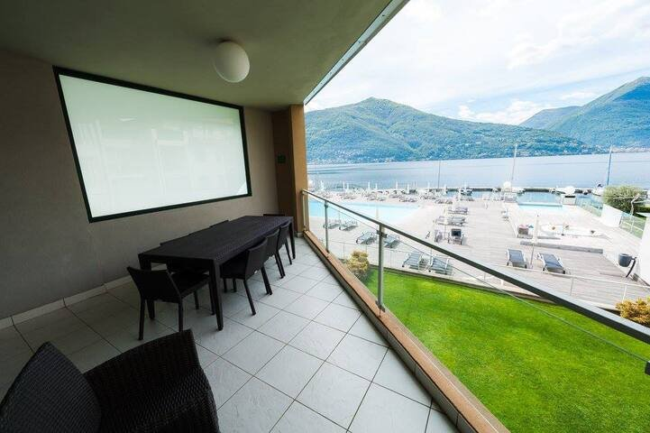 4 bedroom apartment with pool & jacuzzi, casa vacanza a Maccagno