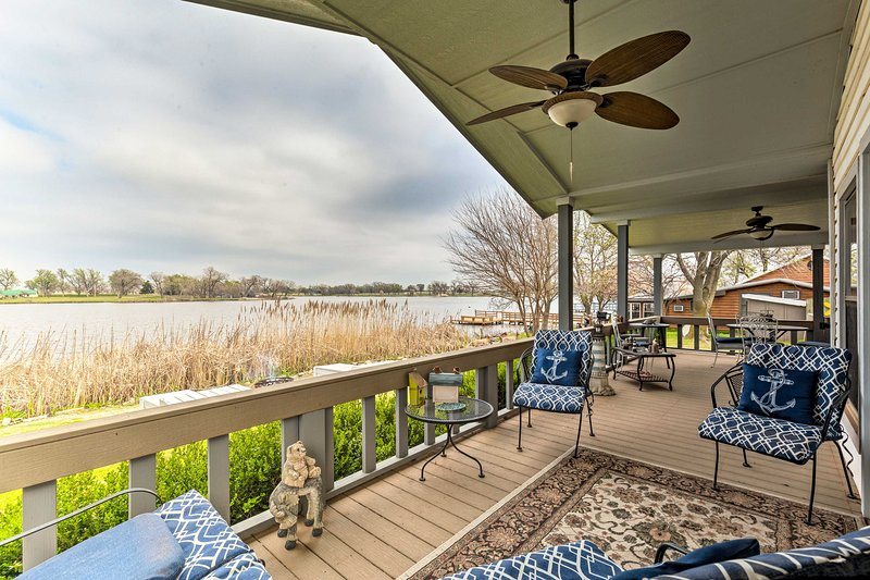 NEW! Serene Lakefront Getaway w/ Fire Pit & Grill, holiday rental in Danville