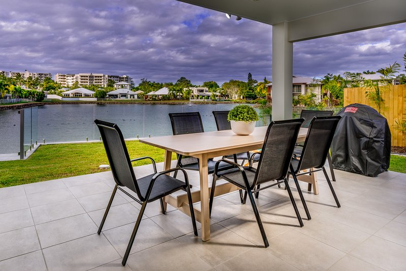 New Blue Lagoon Villa B with shared lap pool, tennis court and BBQ facilities., vacation rental in Kewarra Beach