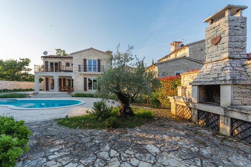 Authentic stone Villa Flora with a private pool and tennis court, alquiler de vacaciones en Sveti Lovrec