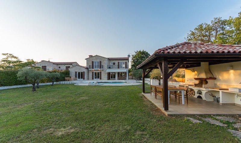 Authentic stone Villa Campo with a private pool and sauna, alquiler de vacaciones en Sveti Lovrec