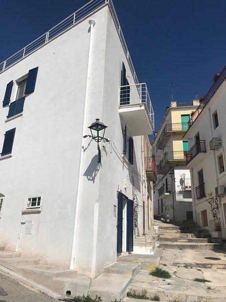 GARGANO - MATTINATA - CASA INDIPENDENTE - CENTRO STORICO - VISTA PANORAMICA, alquiler de vacaciones en Mattinata