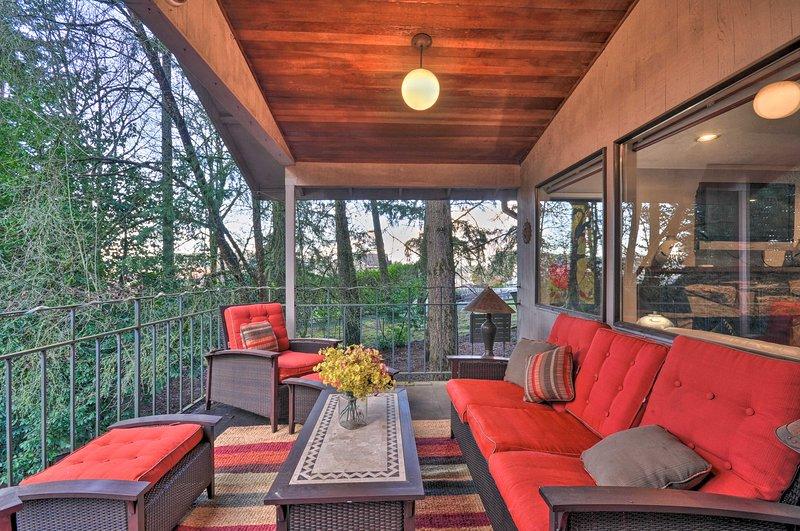 NEW! Tigard Retreat w/Deck, 15 Mins From Portland!, alquiler de vacaciones en Sherwood