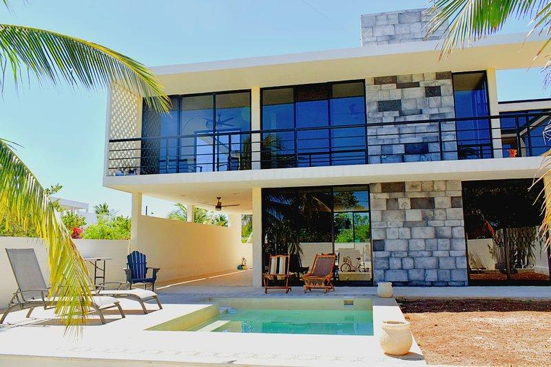 NEW MODERN AND STYLISH BEACH HOUSE!, location de vacances à Chelem