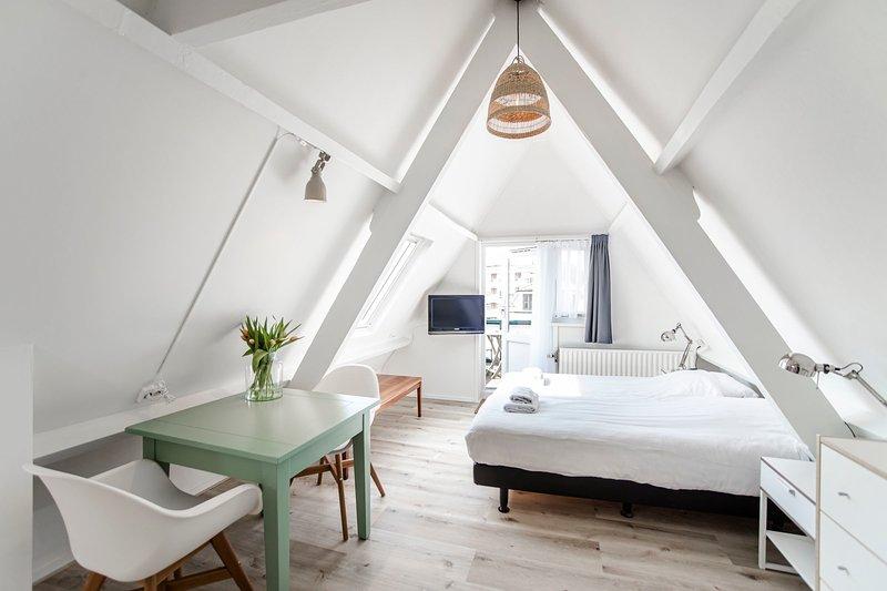 Brederode 4 - Cosy attic studio with balcony, aluguéis de temporada em Zandvoort