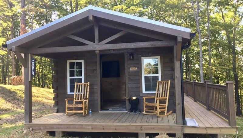 The 'Riverside' Log Cabin...Private Ravine View...Amish Built Ranch Floor Plan, holiday rental in Louisa