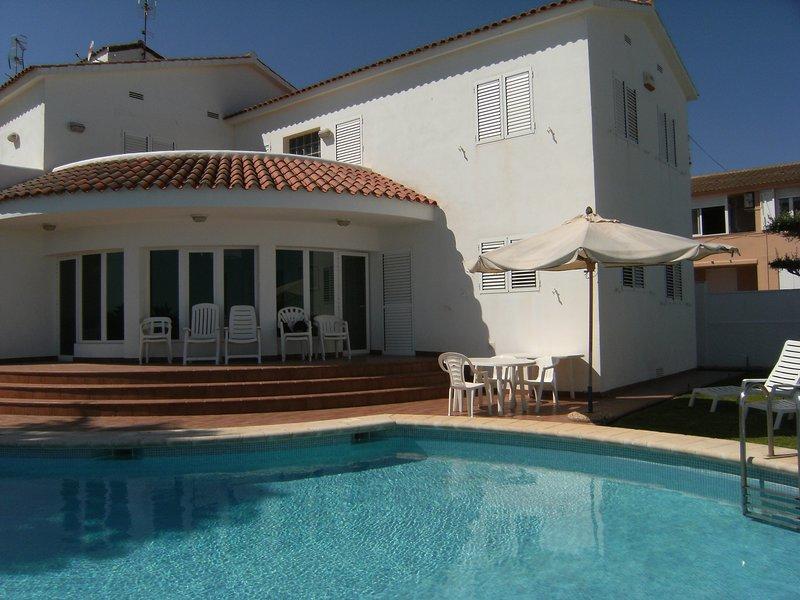VILLA ESTRELLA - CHALET CON PISCINA PRIVADA FRENTE AL MAR 9 PERSONAS 50 M. PLAYA, holiday rental in Vinaros