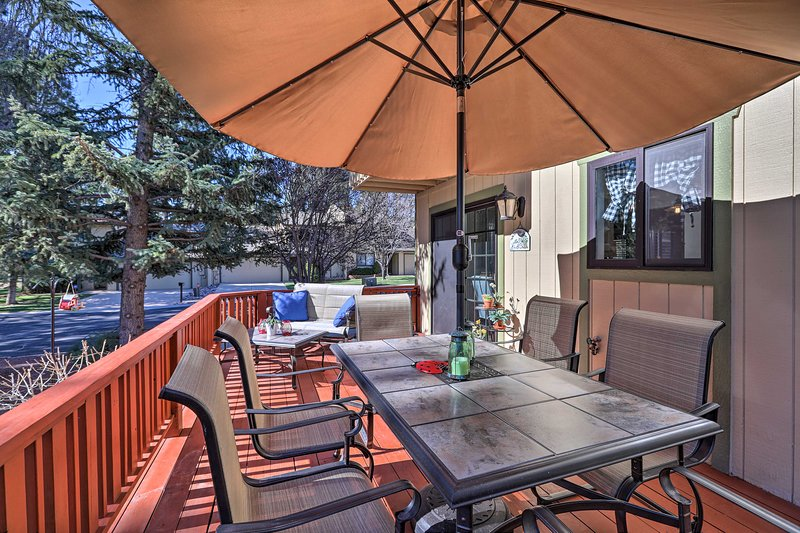 NEW! Townhome w/ Deck < 10 Miles to Walnut Canyon!, holiday rental in Flagstaff