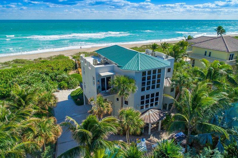 Chateau de la Mer: 9BR/6BA Beachfront Estate w/ heated POOL, elevator & more!, alquiler vacacional en Jensen Beach