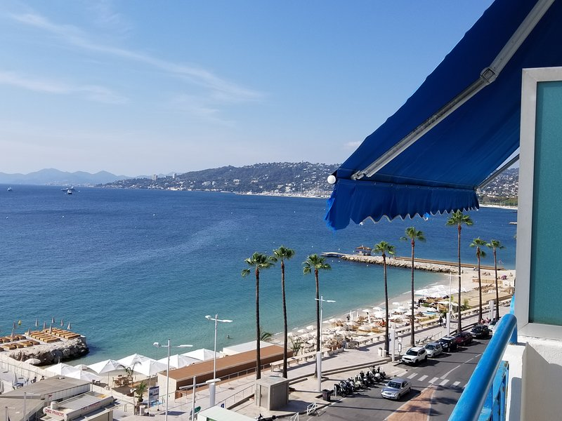 Cote d' azur Condo Right on Ocean Amazing View..., holiday rental in Juan-les-Pins
