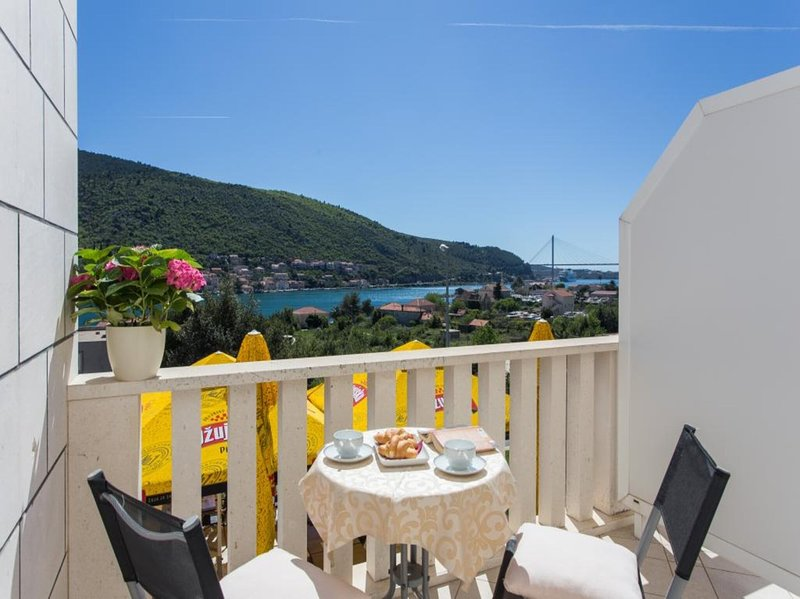 Guest House Rosa Bianca - Deluxe Double or Twin Room with Balcony and Sea View 1, holiday rental in Mokosica