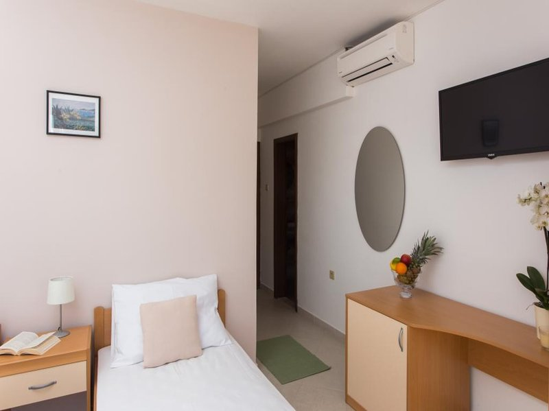 Guest House Rosa Bianca - Comfort Triple Room with Garden View, holiday rental in Mokosica