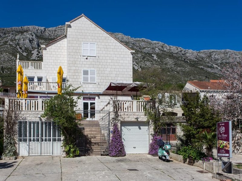 Guest House Rosa Bianca - Single Room with Partial Sea View, vacation rental in Gornje Obuljeno