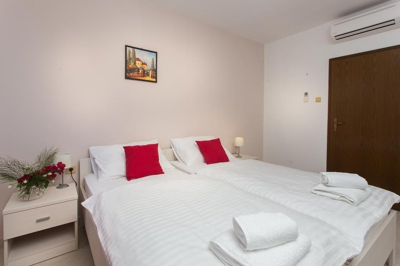Guest House Rosa Bianca - Double or Twin Room with Garden View 1, holiday rental in Mokosica