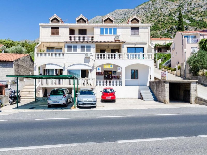 Apartment Sarita - Four Bedroom Apartment with Balcony and Street View, holiday rental in Prijevor
