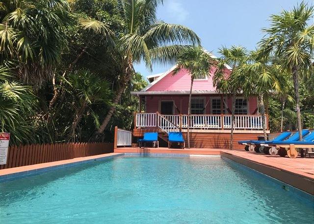 Beach and dock access, private pool, AC, Free Wifi, close to town, aluguéis de temporada em Caye Caulker