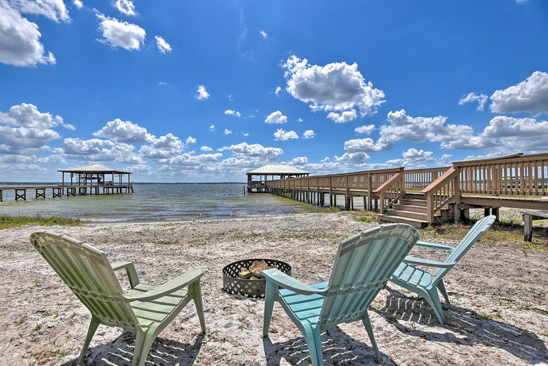 NEW! Luxe Lake Weir Beach Retreat w/ Private Dock, casa vacanza a Belleview