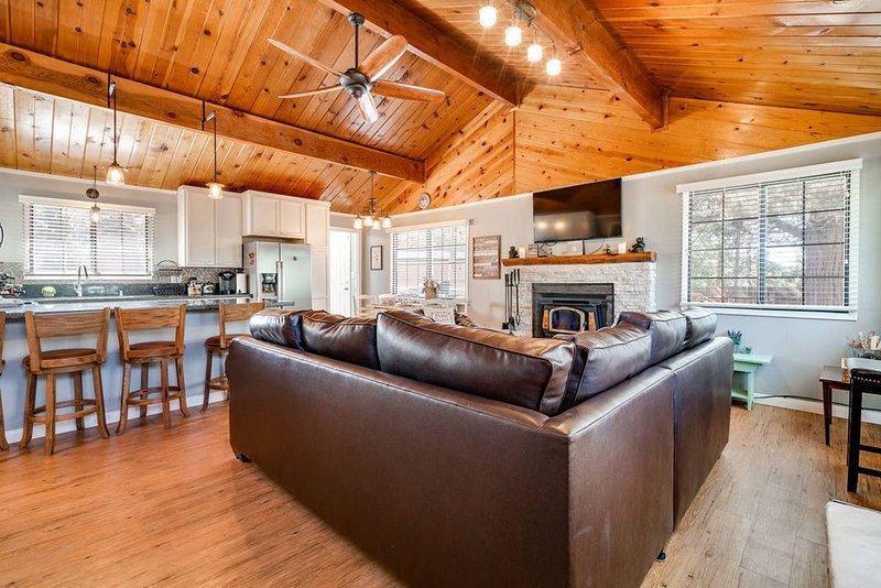 Family time in your own Rustic Bear Mountain Hillside Retreat in Upscale Moonridge.