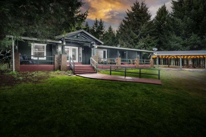 Private Ranch on 80 Forested Acres, Pool Table, Fire-pit, Free Wine Tastings, 7, vacation rental in Yamhill