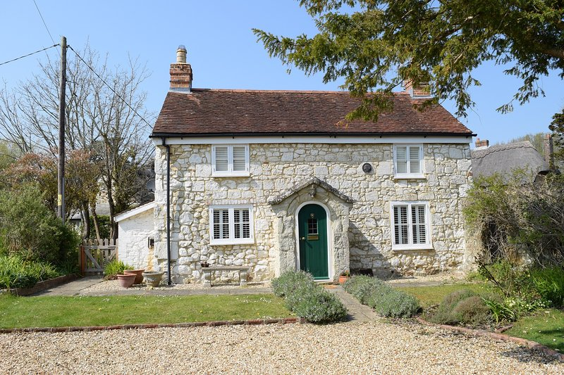 Grade II listed chocolate box cottage | garden, patio | close to village and sea, holiday rental in Brighstone