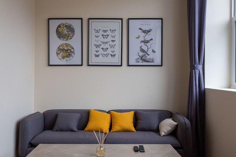 BOURNECOAST: STYLISH, MODERN APARTMENT BY THE SHOPS IN CHARMINSTER - FM6288, vacation rental in Ferndown