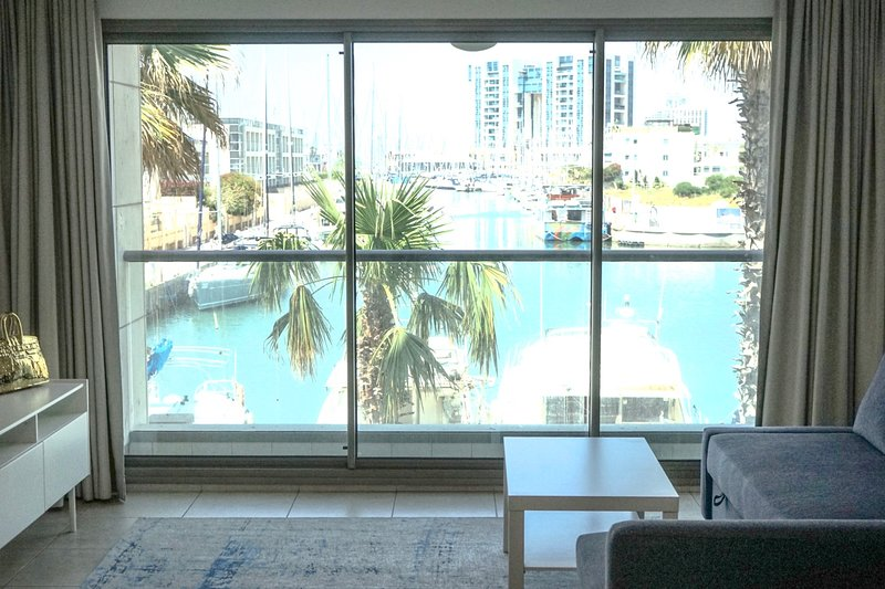 3 ROOM APARTMENT WITH AN AMAZING VIEW 1 MIN WALK TO THE BEACH, holiday rental in Herzliya