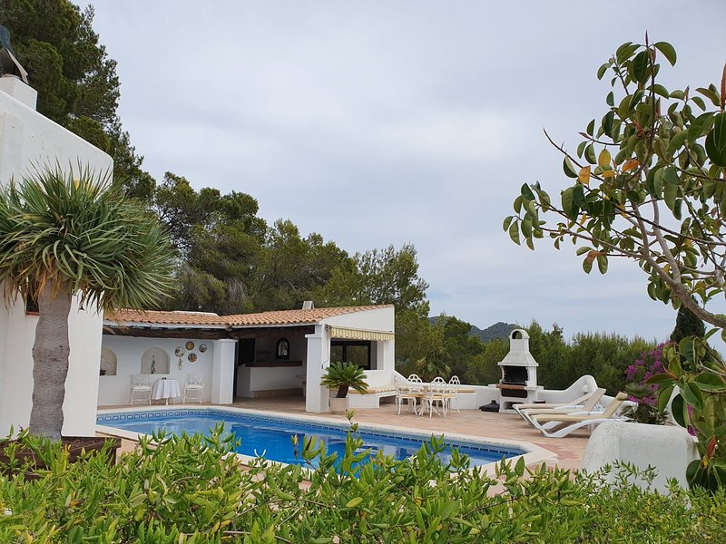 BEAUTIFUL HILLTOP VILLA WITH PRIVATE SWIMMING POOL, vacation rental in Cala Llonga