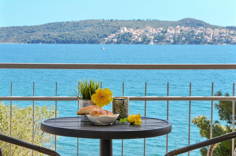 Fantastic seafront apartment close to Trogir, private balcony on the Adriatic !, location de vacances à Gornji Seget