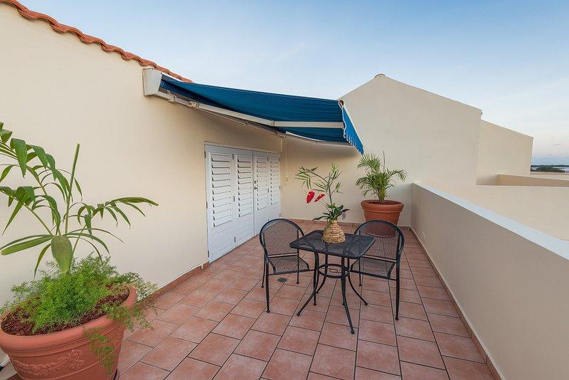 Vistamar F-410 beachfront 2 bedroom penthouse w/open terrace, WiFi, full A/C, alquiler vacacional en El Combate