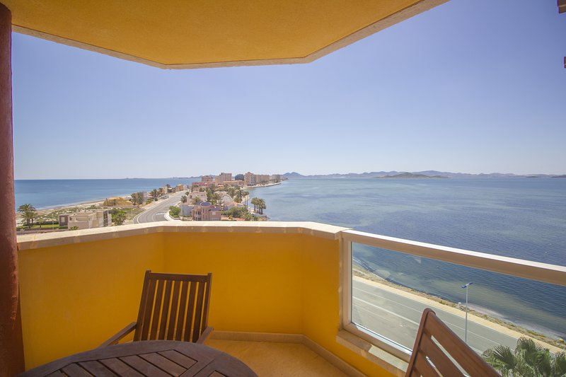 South facing, modern apartment with views to both seas!!, location de vacances à La Manga del Mar Menor