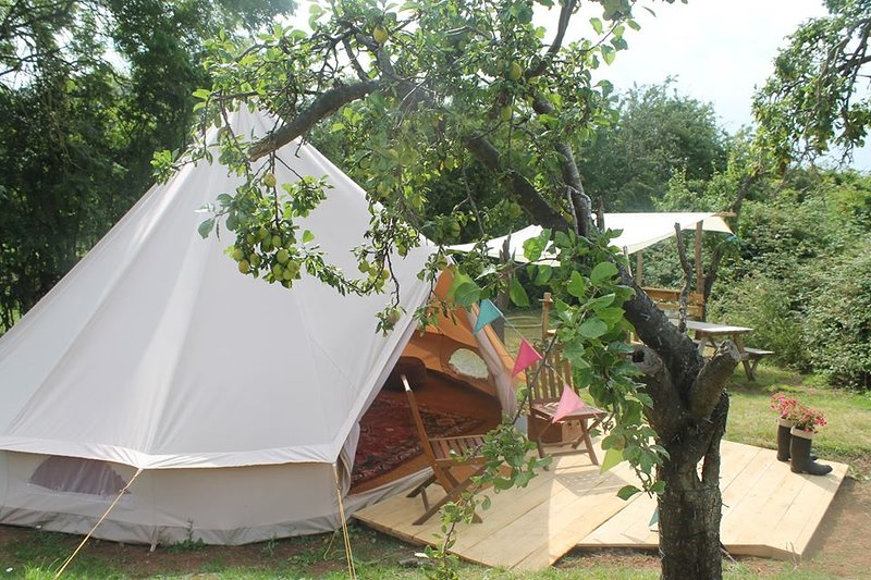 Plum Tree Glamping, Bell Tents & Yurts all with private facilities., holiday rental in Offenham