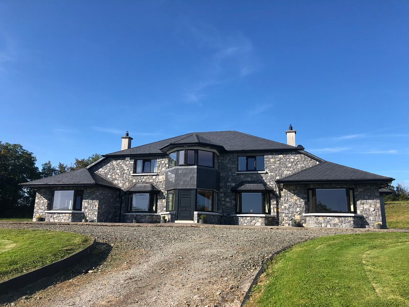 Ballyhourode House - Business and Corporate Letting - short and long term, vacation rental in Killavullen