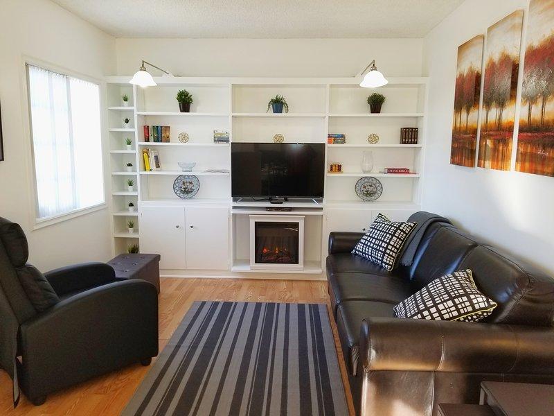 2BD/1BA  Renovated House. BBQ, A/C, ROKU.  Near LAX, SOFI. Walk to Store & Park, vacation rental in Inglewood