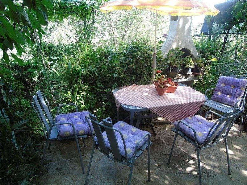 Motovun Apartment Sleeps 2 with Air Con - 5820953, location de vacances à Livade